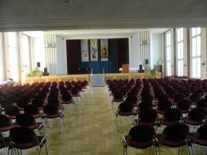 Saal mit Blick zur Bühne